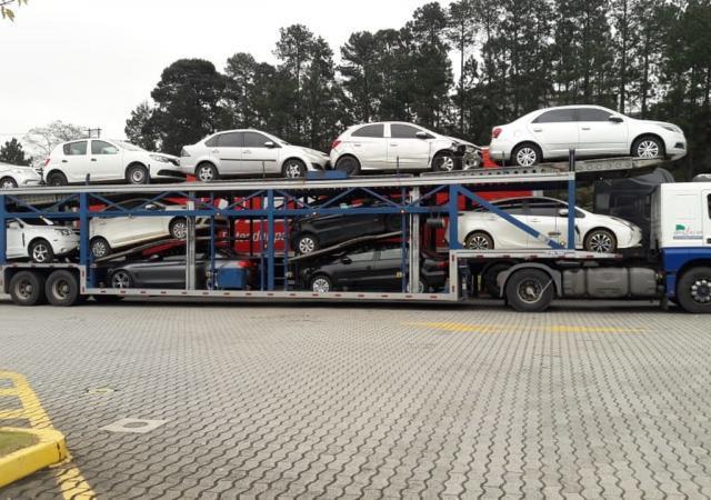 Transporte de carro em cegonha
